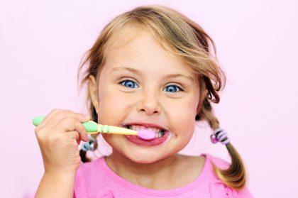 زدن کودکن 420x279 - نکات طلایی درباره زمان و روش مسواک زدن کودکان