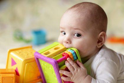 چرا کودکان هر چیزی را در دهانشان می کنند و چه باید کرد؟
