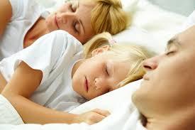 8 - آیا خوابيدن کودک در کنار پدر و مادر صحیح است؟ پاسخ روان شناسان