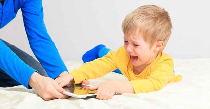 اعتیاد به گوشی و فضای مجازی در کودکان را چگونه درمان کنیم؟